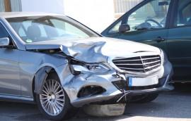 Blechschaden: silbernes Unfallauto